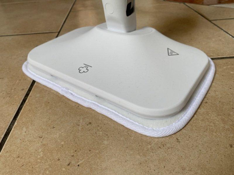 Parný čistič čistí podlahu
