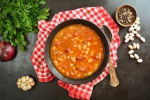 Pikantná fazuľová polievka pripravovaná v tlakovom hrnci