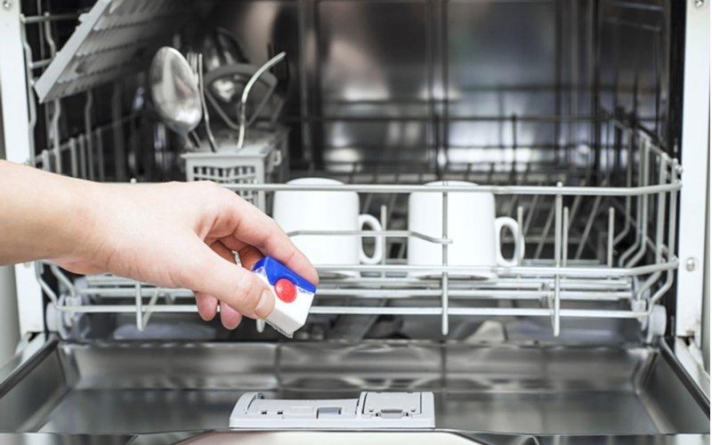 Bielo modro červená tableta do umývačky riadu