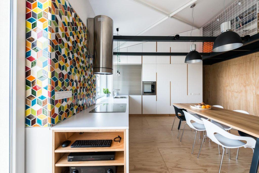 svetlá kuchyňa s laminátovou pracovnou doskou