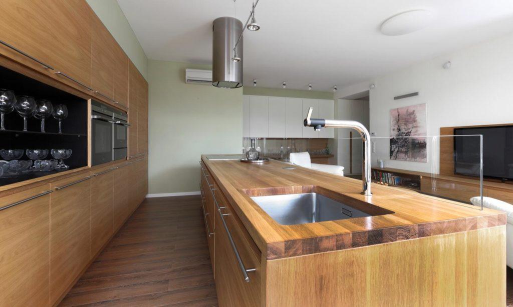 drevená kuchynská pracovná doska