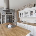 Kuchynská pracovná doska z masívu či kameňa - aké sú výhody a nevýhody prírodných materiálov? + tipy architekta