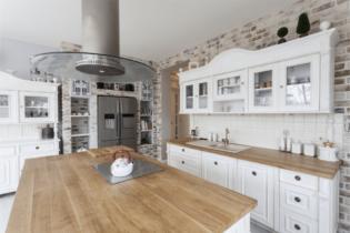 biela kuchyňa s pracovnou doskou z masívneho dreva