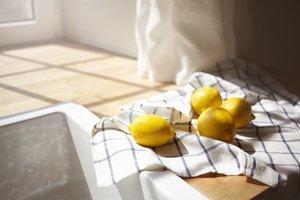 citróny na kuchynskej doske osvetlenej slnkom