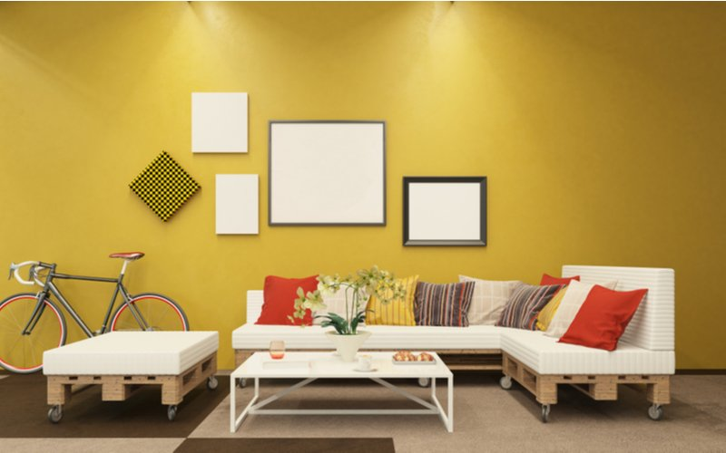 Žltá obývačka s paletovým nábytkom