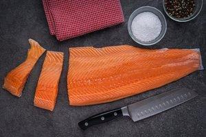 filet lososa na kuchynskej pracovnej doske