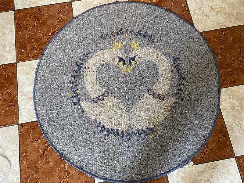 Okrúhly modrý koberec s dvomi labuťami
