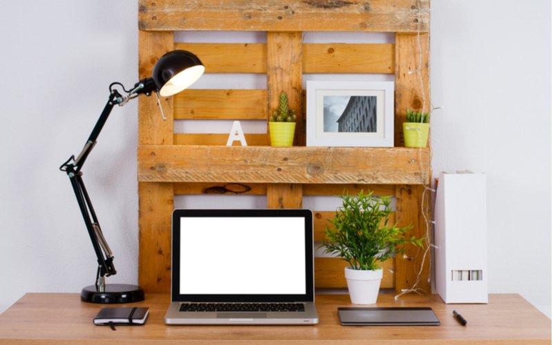 Počítač, stolná lampa a doplnky na palete