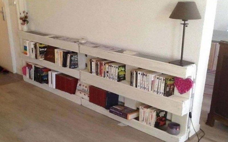 Domáca biela knižnica s knihami