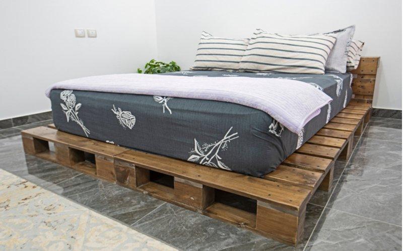 Posteľ z paliet s veľkým matracom