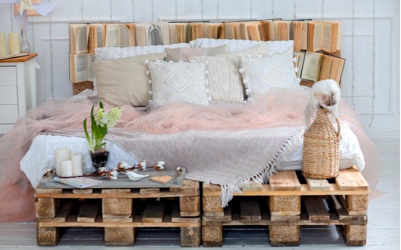 Elegantná paletová posteľ