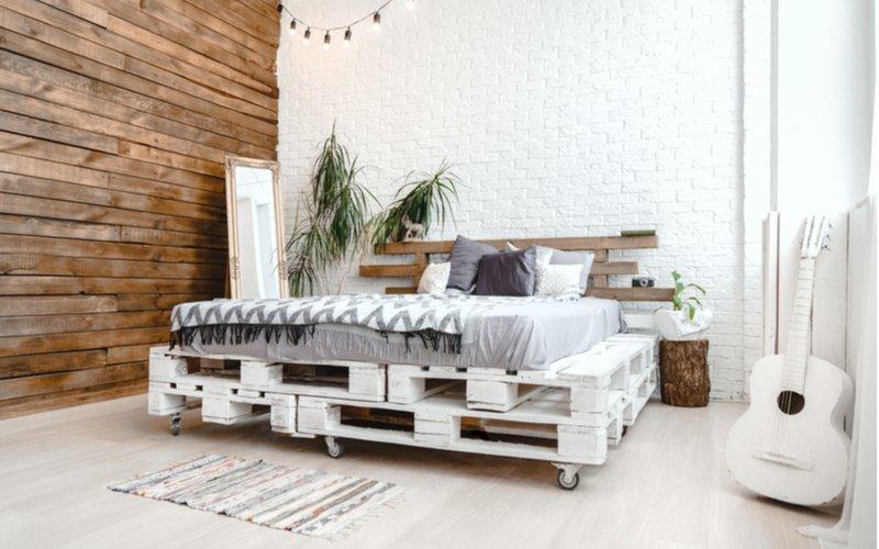 Krásna posteľ z bielych paliet