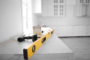 pracovné nástroje na kuchynskej pracovnej doske