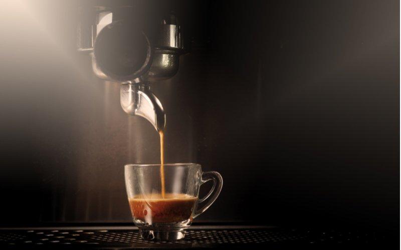 Pravidelné odvápnenie kávovaru zabraňuje upchávaniu a zabezpečí plynulý a konzistentný tok.