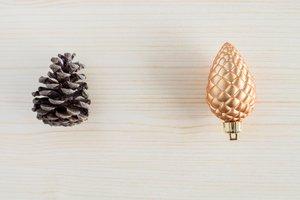 prírodná šiška a umelá ozdobná šiška