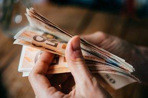 ruky držiace euro bankovky