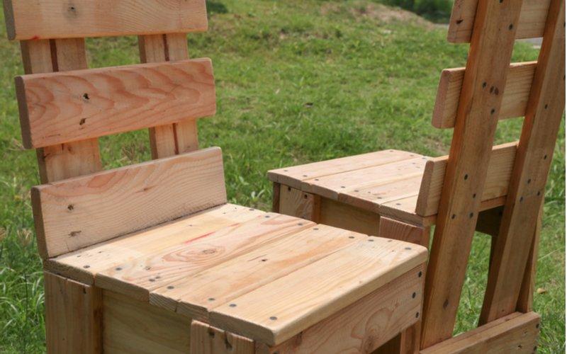Dve drevené stoličky