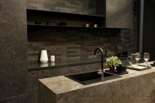 kuchyňa s pracovnou doskou z tmavého kameňa