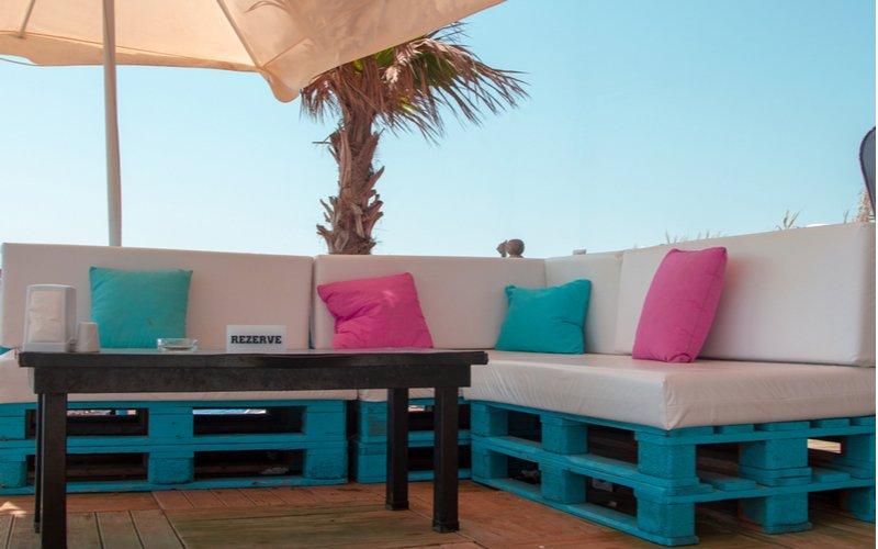 Modrá paletová sedačka s vankúšmi a stolík