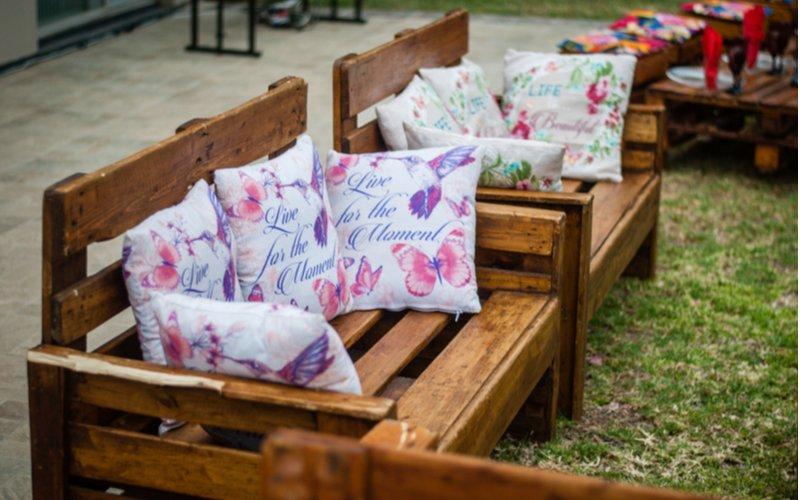 Paletové lavice s farebnými vankúšmi