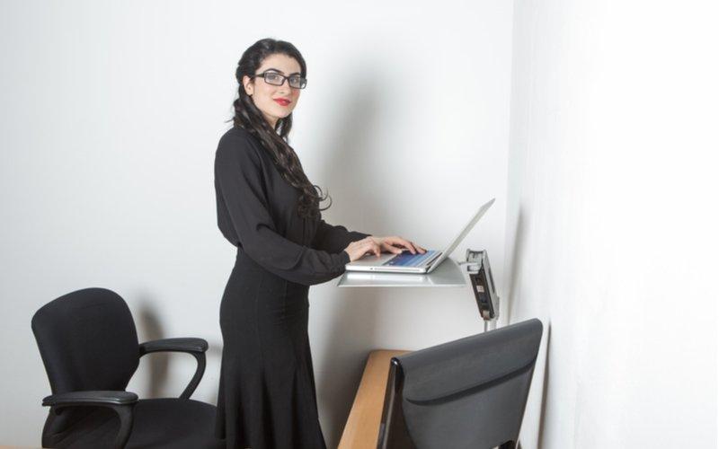 Žena pracujúca postojačky