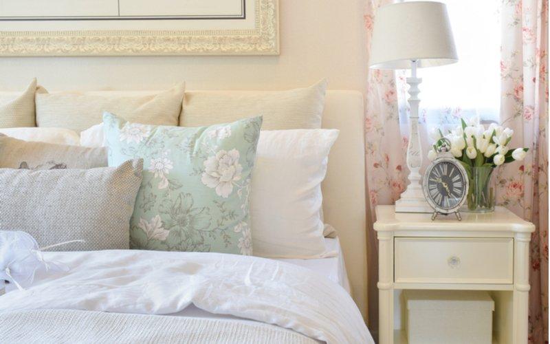 Biely nočný stolík a posteľ