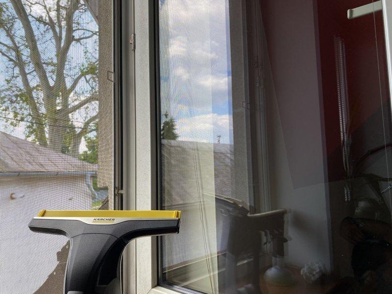 Umyté okno pomocou akustierky Kärcher