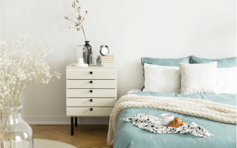 detail interiéru spálne s bielym nočným stolíkom