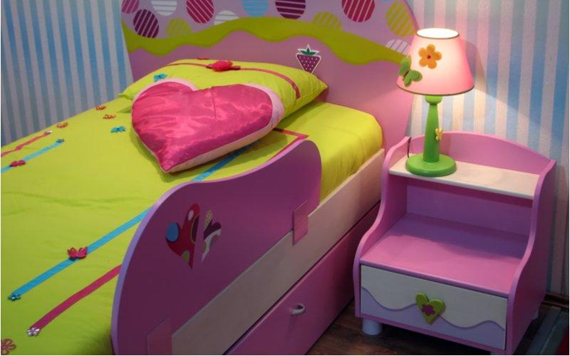 Destká posteľ s nočným stolíkom