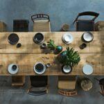 Drevený stôl s rôznymi stoličkami