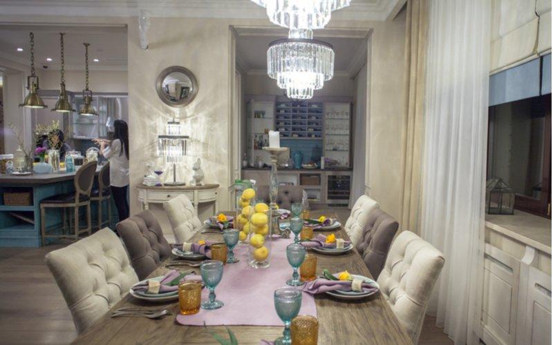 Elegantný interiér s jedálneksým stolom a čalúnenými stoličkami