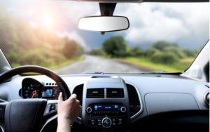 Interiér auta - ruky na volante