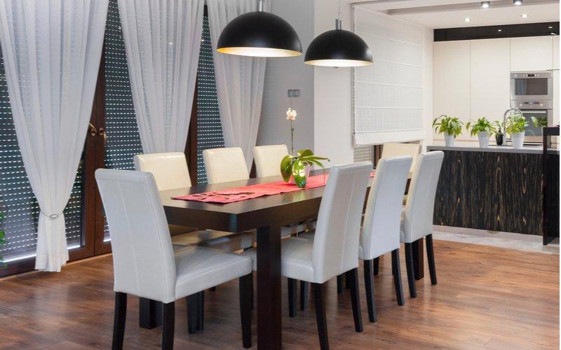 Jedáleň s koženkovými stoličkami