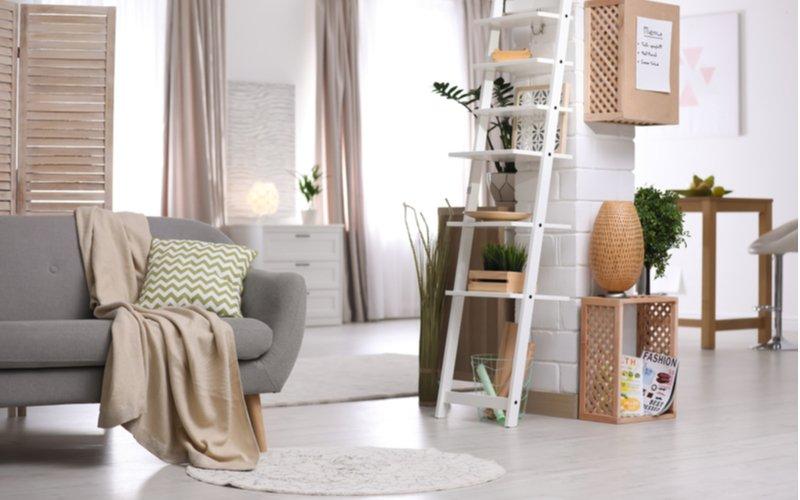 Moderná obývačka s paravánom v štýle žalúzií