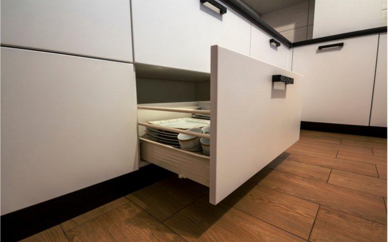 Otvorená zásuvka bielej kuchynskej linky
