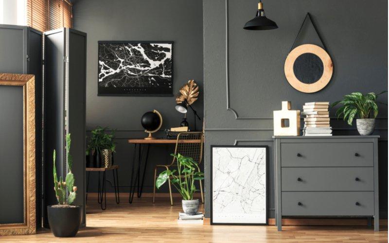 Sivý interiér so sivým paravánom
