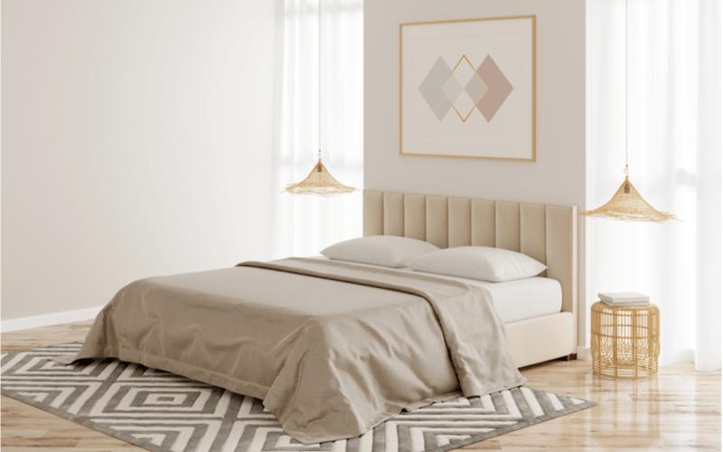 spálňa v béžovej farbe s nočným stolíkom v designe zlatej klietky