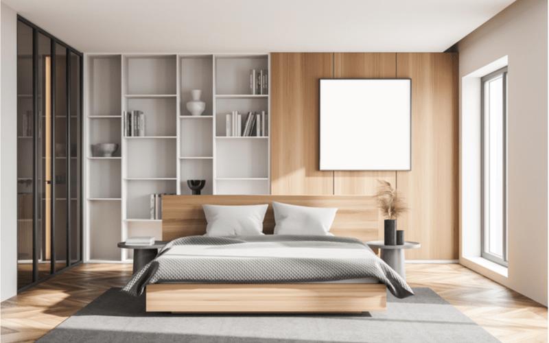 spálňa v bielo-sivej farbe s dreveným obložením a kovovými nočnými stolíkmi