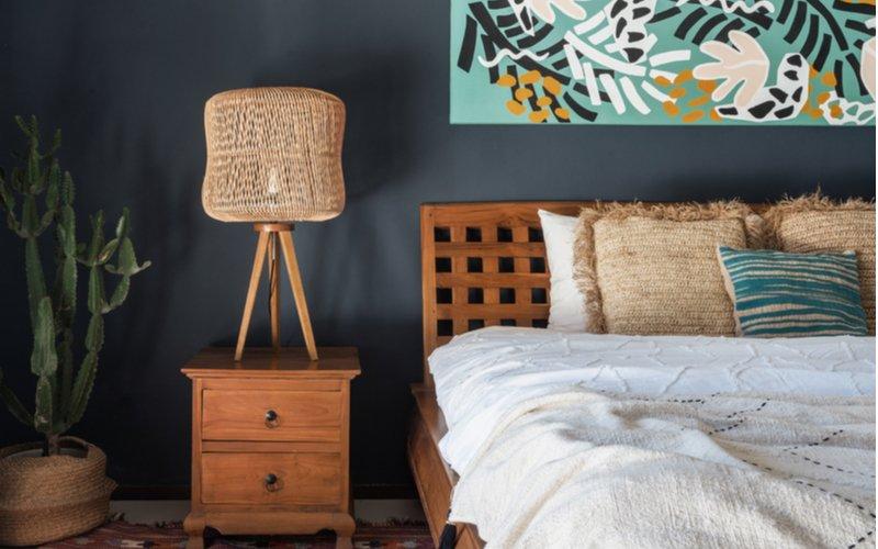 Spálňa v štýle boho a drevený nočný stolík
