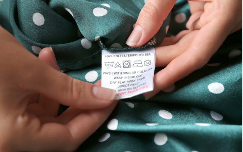 Štítok na oblečení so symbolmi prania
