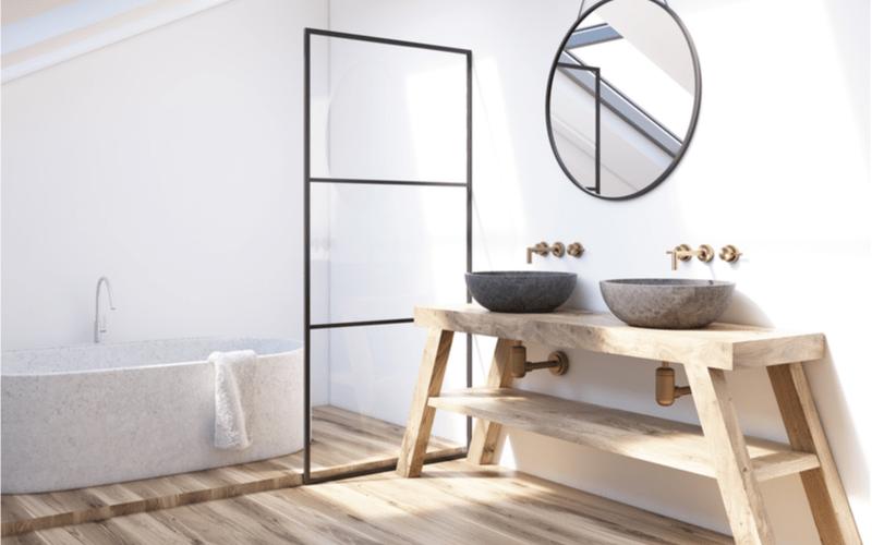 svetlá kúpeľňa s drevenou skrinkou s dvomi kamennými umývadlami