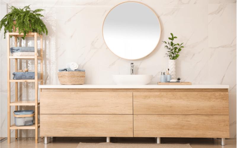 svetlá moderná kúpeľňa s nábytkom v drevenom dekore a s drevenou kúpeľňovou policou