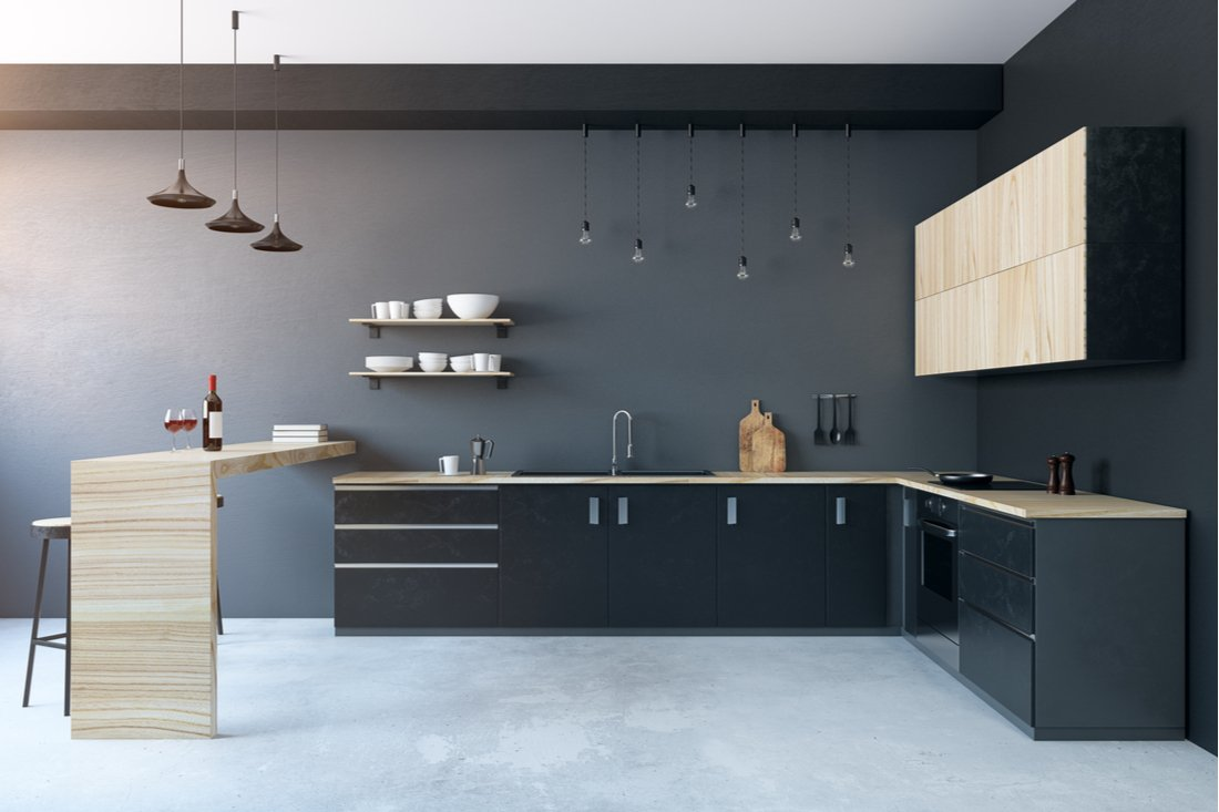 tmavá kuchyňa s prvkami s dekorom dreva