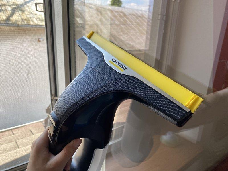 Umývanie okna čističom Kärcher