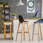 Barové stoličky pri pulte v domácnosti