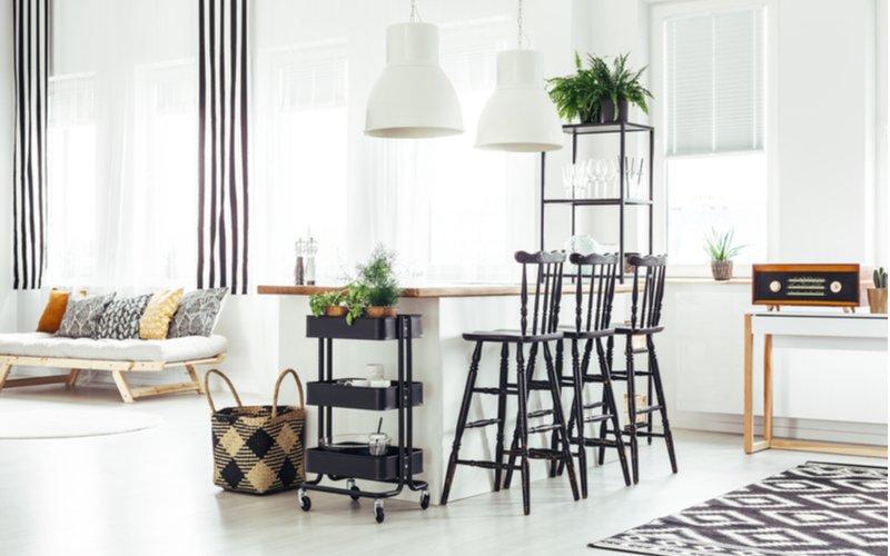 Do biela ladený interiér s čiernymi stoličkami
