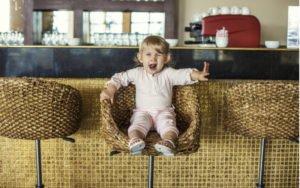 Dieťa v barovej stoličke
