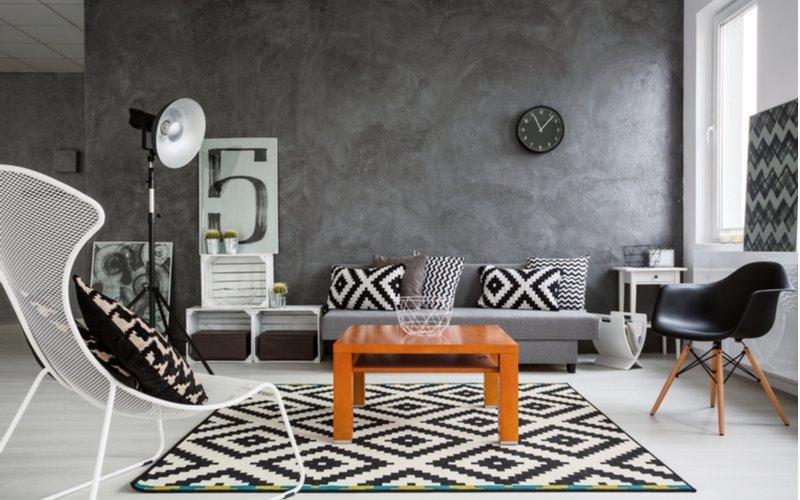 Drevený konferencný stolík v do siva ladenej obývačke