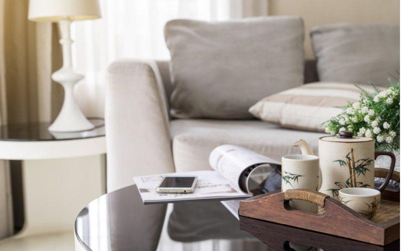 Guľatý konferenčný stolík v obývačke