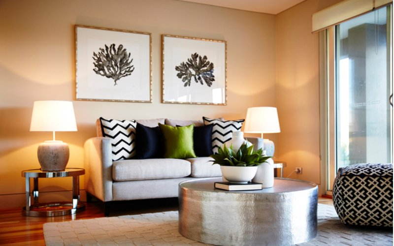 Kovový stolík v obývačke